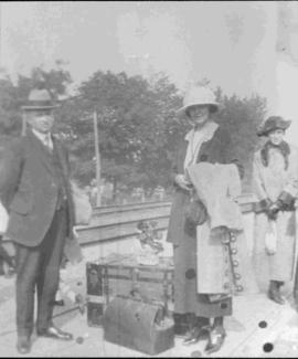 Alfred Roy, Marie-Anna Tétreault Dufresne, Marie Louise Roy at East Angus train station